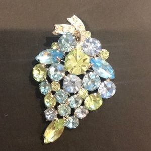 Jewelry - BEAUTIFUL VINTAGE BROOCH